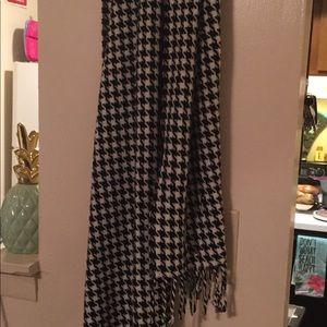Houndstooth scarf w fringe black & white NWOT